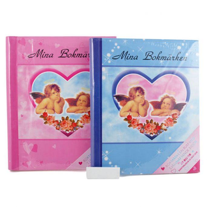 Bokmärkesalbum för bokmärken med klistersidor. Klassiskt album med änglar på framsidan. Album för bokmärken finns i blå eller rosa. Beställ på LillaFilur.se