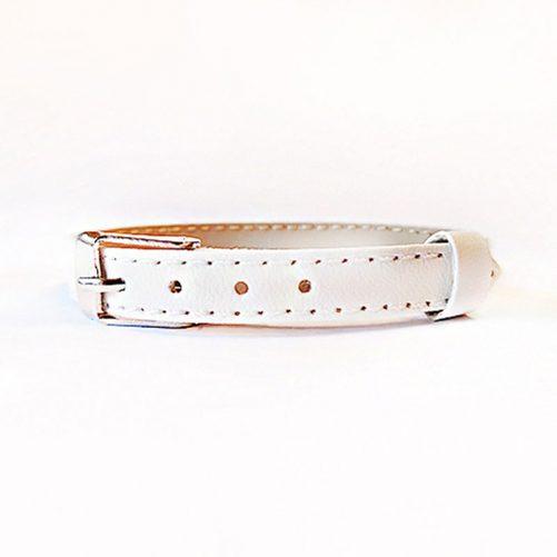 Namnarmband med bokstäver för barn. Välj mellan flera olika färger på armband och bokstäver. Vi hjälper er att sätta ihop ett eget personligt smycke. Beställ på LillaFilur.se