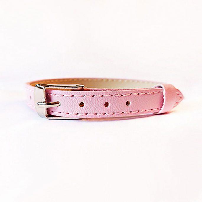 Rosa Armband för namnbokstäver. Reglerbart rosa barnarmband. Sätt på våra fina bokstäver och bilda ett personligt smycke med namn. Bra present till barn i skolåldern. LillaFilur.se