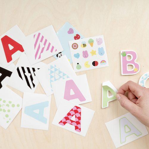 Bokstäver i trä stickers. Designa egna bokstäver i trä med stickers. Det följer med 10 st alfabetsstickers och flera figurstickers med varje bokstav. Se mer på LillaFilur.se