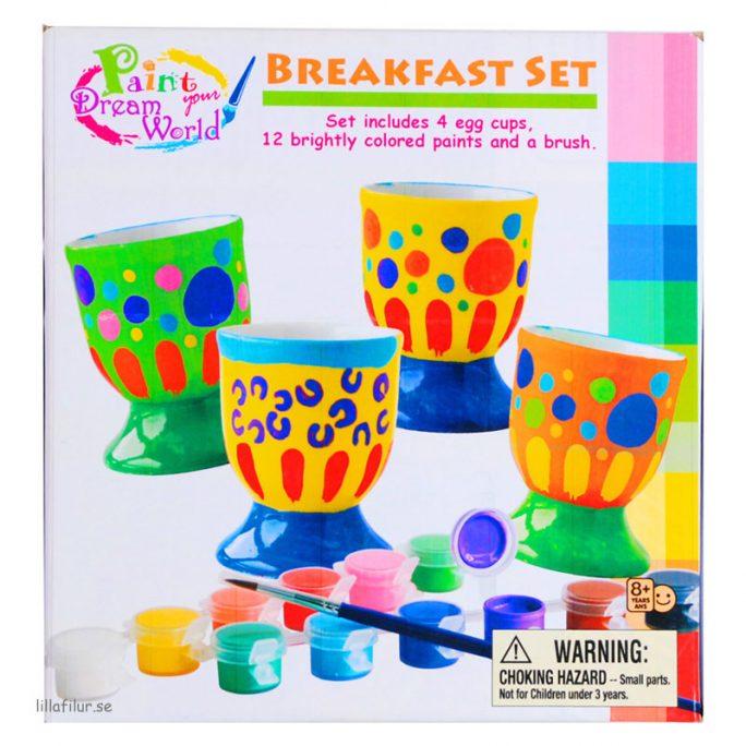 Måla egna äggkoppar porslingsmålning. Set med fyra äggkoppar, tolv olika färger och pensel. Bra påskpresent. Beställ porslinsmålning äggkoppar på LillaFilur.se
