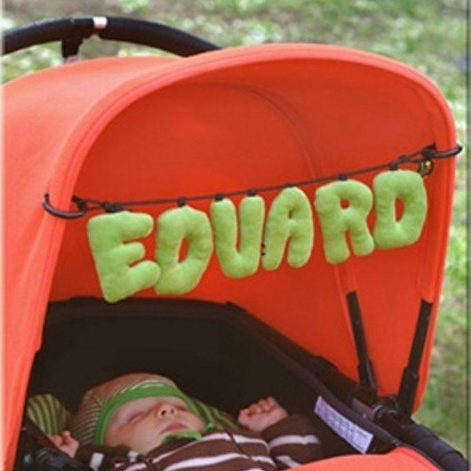 Mobil barnvagn med bokstäver. Skriv barnets namn i blandade färger. Bra present för nyfödd, doppresent eller babyshower present. Beställ mjuka bokstäver i velour hos LillaFilur.se