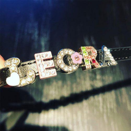 Namn armband barn med bokstäver. Välj ett armband och namn så sätter vi ihop ett fint personligt smycke. Bra present för namnsdag, födelsedag och julklapp.
