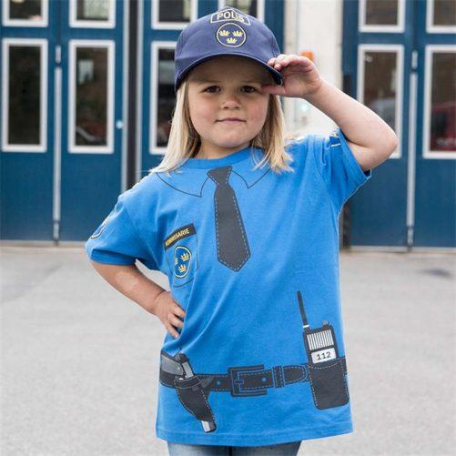 Poliskläder barn utklädning. Vi har fina polisleksaker. Beställ keps och poliskläder med svensk text hos LillaFilur.se