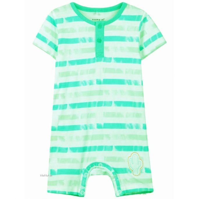 Kortärmad pyjamas baby, shortdräkt baby. Ekologisk bomull. Beställ babykläder storlek 50, 56, 62, 68, 74 på LillaFilur.se.