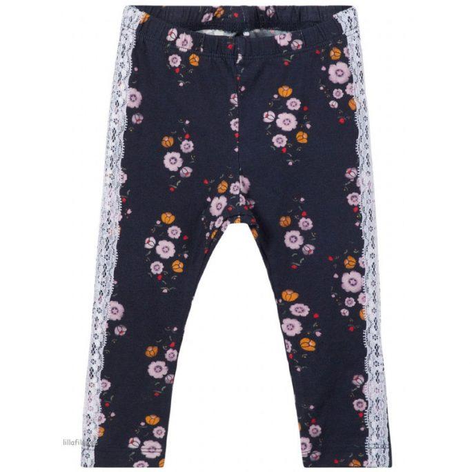Leggings baby mönstrade med revär. Marinblå leggings med blommor och vit revär. Från Name It baby kläder. Köp babykläder på LillaFilur.se.