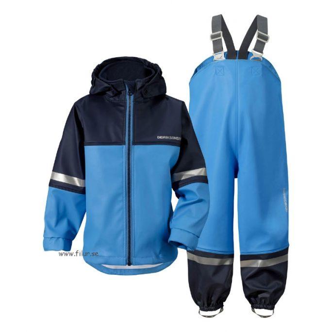 Rea Didriksons Regnställ Waterman blå. Regnställ med jacka och hängslebyxa från Didriksons. Nu har vi rea på barnkläder och regnställ för barn 50%, beställ på LillaFilur.se
