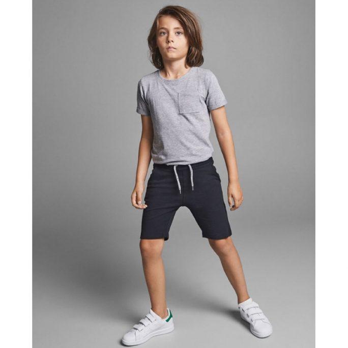 Långa shorts kille. Svarta shorts för barn. LillaFilur.se