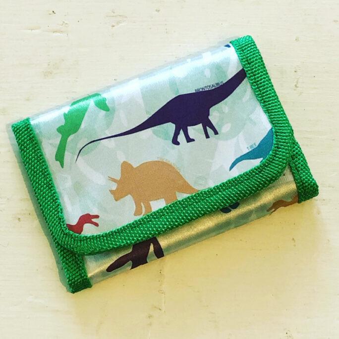 Plånbok pojke o flicka med dinosaurier.