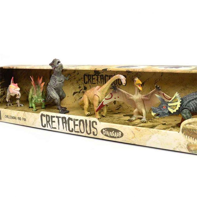 Dinosaurier leksaker med rörliga delar. Set med sex olika dinosaurier i plast. Vissa av dinosaurierna har rörliga ben och käkar. Beställ dinosaurier leksaker hos LillaFilur.se