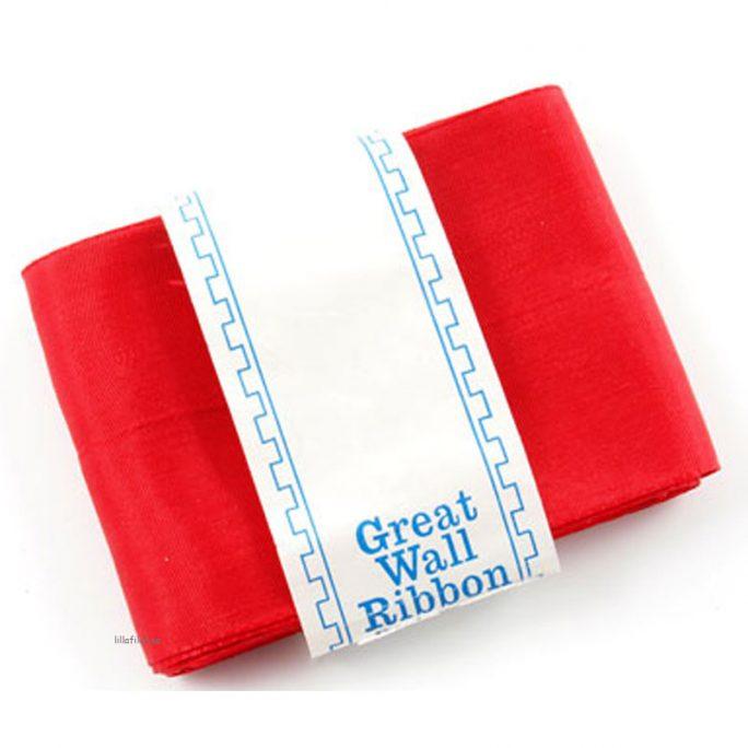Brett rött sidenband, luciaband för Lucia. Längd 5 meter och bredd 63 millimeter. Rött sidenband till lucia och tärna i luciatåg. Vi har alla lucia kläder och lucia tillbehör till luciatåg för barn, junior och vuxen. Beställ luciakläder hos LillaFilur.se