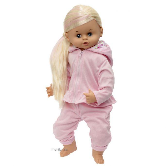 Dockkläder till docka och Skrållan docka. Set med rosa joggingdress med docktröja och dockbyxor. Beställ dockkläder och docktillbehör på LillaFilur.se