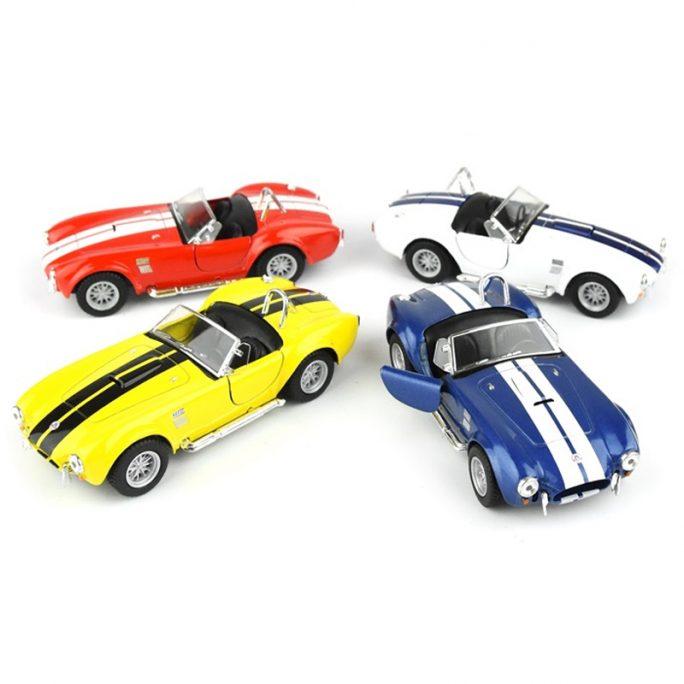 Leksaksbilar i metall. Fina leksaksbilar i skala 1:32. Shelby Cobra 1956 finns i gul, vit, röd eller blå. Beställ retro leksaksbil metall på LillaFilur.se