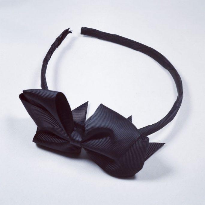 Diadem med rosett svart barn. Fint diadem med stor rosett. Beställ svart diadem på LillaFilur.se