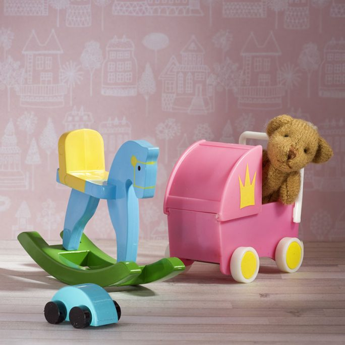 Fina dockskåps miniatyrer. Set med miniatyr gunghäst, miniatyr dockvagn, miniatyr nalle och miniatyr bil. LillaFilur.se