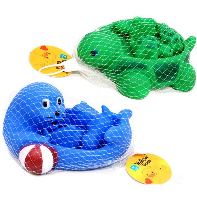 Badleksaker badkar utan hål. Familj med 3 ungar. Välj mellan säl eller sköldpadda. Fina badleksaker för barn och baby. Köp badkarsleksaker djur på LillaFilur.se