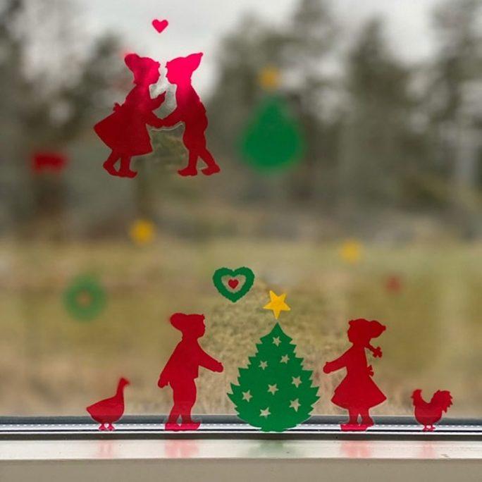 Fönsterdekor jul stickers barn. Jul stickers med tomtar, granar, djur. Beställ fönsterdekor retro barn på LillaFilur.se
